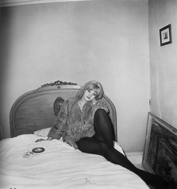 grl ina ct lyin on hr bed, NYC 1968