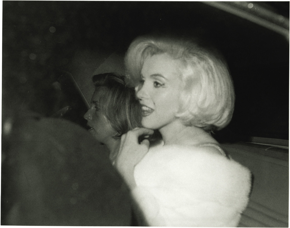 marilyn monroe and john f kennedy Claim: photograph shows john f kennedy and marilyn monroe sharing an intimate moment.
